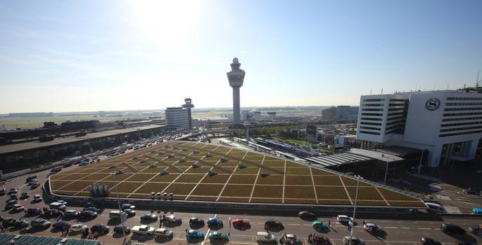 Die Schiphol Plaza (zentrale Abflughalle) des Flughafens Schiphol in Amsterdam ist das erste Objekt in den Niederlanden, das eine Dachbegrünung mit einer Solaranlage kombiniert