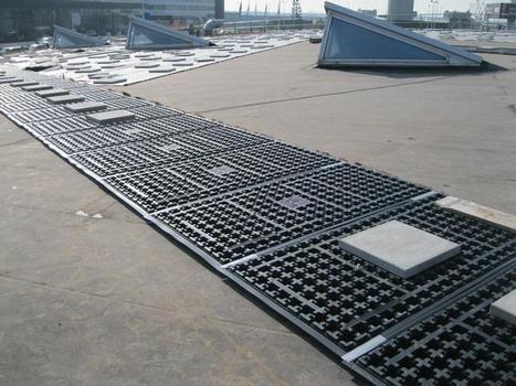 Ohne Dachdurchdringung: die Solarbasisplatten® SB200 ermöglichen die spätere Aufständerung der Solarmodule, gehalten durch die Auflast des Dachsubstrats