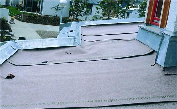 Dachabdichtung schützen: Hochwertige Synthesefasermatten wie die ZinCo-Speicherschutzmatten schützen die Dachabdichtung vor mechanischen Einwirkungen und speichern zudem Feuchtigkeit