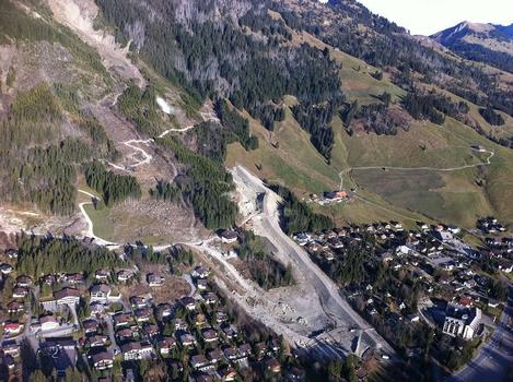 Luftbildaufnahme der Baustelle im Sommer 2011 mit Dammbauarbeiten im Lauibach