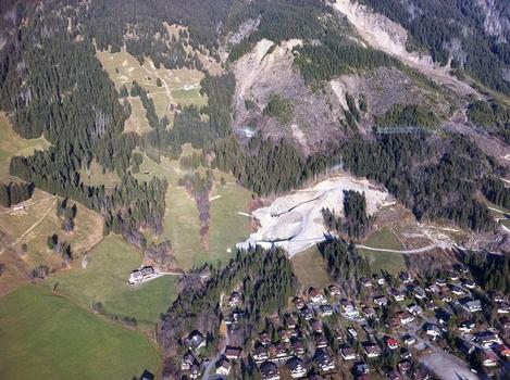 Luftbildaufnahme der Baustelle im Sommer 2011mit Grobrechen und Abschlussbauwerk im Satzgraben