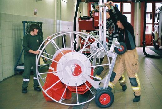 Aufnahme der Trommel in den Transportwagen