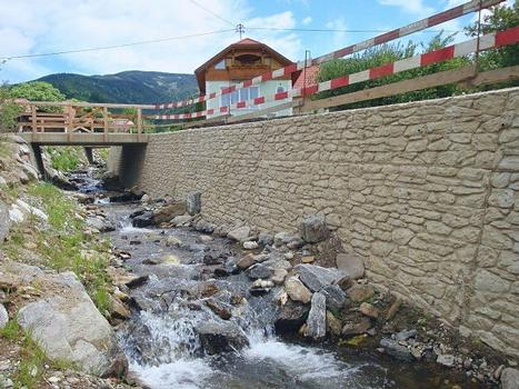 Texturierte Sichtbetonflächen an einem Wildbach an der Via Appia in Kärnten/Österreich