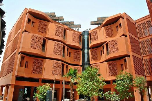 In Masdar City, einer Ökostadt im Emirat Abu Dhabi, wurden Gebäude mit Individualmatrizen gestaltet
