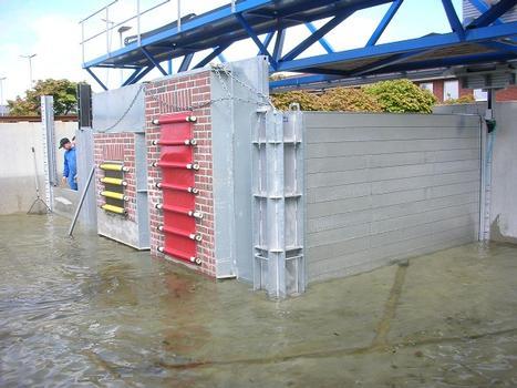 Mobile Hochwasserschutzkonstruktion HOWASU zm Verschließen von Gebäudeöffnungen im Testbecken der TUHH