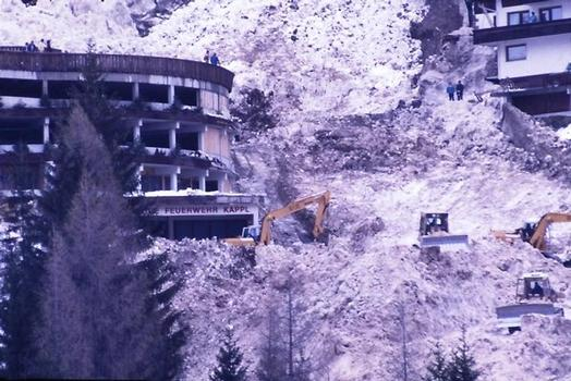 Tiefgarage Kappl unmittelbar neben dem Diasbach, Lawinenabgang 1988