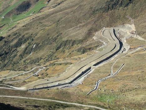 Dammfläche auf Höhe der innenseitigen Steinschlichtung