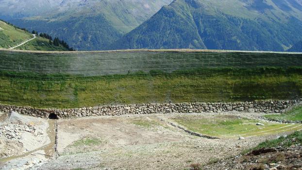 Fertiger Damm mit begrünter Damminnenseite