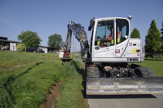 Das Grabenräumen ist ein häufiger Einsatzbereich des Terex Mobilbaggers TW85