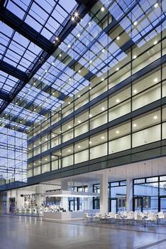 Die Leuchten reihen sich diszipliniert in die dekorlose, streng grafische Architektur
