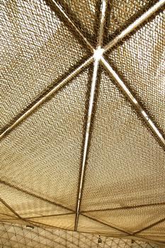 Detail Innenansicht auf Dach und Metallgeflecht