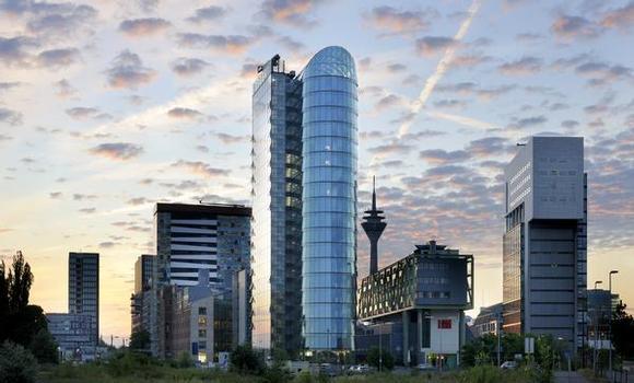 Wandel vom industriellen Hafengebiet in ein dynamisches Stadtviertel: Mit dem 76 Meter hohen Bürohaus SIGN! haben die Architekten Murphy/Jahn (Chicago/Berlin) ihre eigenen Akzente im Medienhafen gesetzt