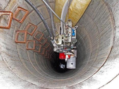 Wickelmaschine des SPR EX-Verfahrens auf dem Weg in die Tiefe: Hier wurde eine Dränageleitung der Abfalldeponie Stockstadt/Main in über 20 m Tiefe durch ein PVC-Wickelrohr saniert