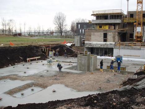Laut Bodengutachten musste die gesamte Fläche des Wohnkomplexes durch Pfahlgründungen gesichert werden. Dazu waren 16.000 duktile Pfähle notwendig (Bild 3.)