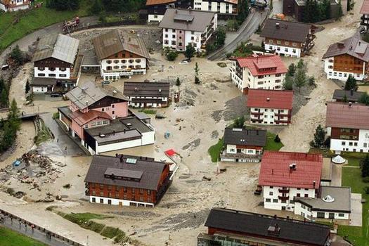 Die Gemeinde Lech wird durch den Zürsbach und den Lech überflutet
