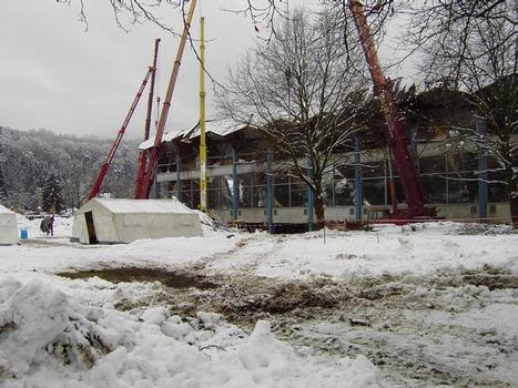 Krane stabilisieren die Restkonstruktion der Eishalle während der Rettung