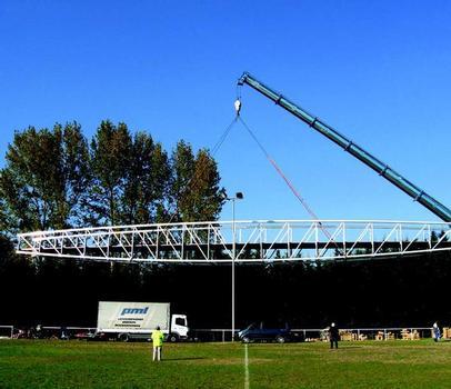 Die Peter Maier Leichtbau GmbH hat in St. Girons/Frankreich die bisher längste freitragende Aluminiumbrücke in ihrer Firmengeschichte eröffnet – hier die Brücke beim Einschwenken