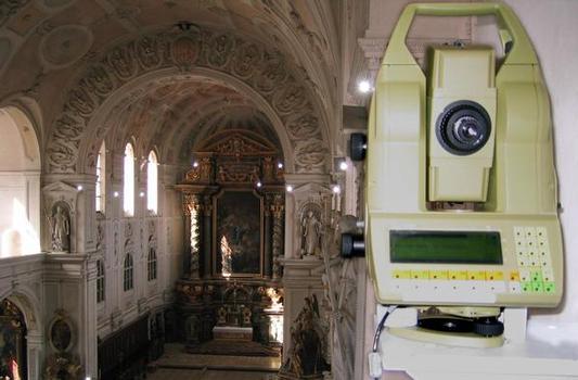 Monitoring-Tachymeter und Messprismen (reflektierend durch Fotoblitz)