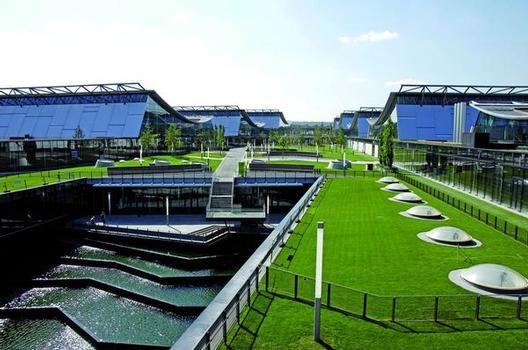 Neue Messe Stuttgart: Diverse Teile der ca. 150.000 m² Dachfläche wurden mit Produkten von SOPREMA abgedichtet, beispielsweise mit dem DUOFLEX®-Verbundsystem, welches eine Wasserunterläufigkeit komplett ausschließt