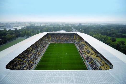 Dächer, wie das des Rudolf-Harbig-Stadions in Dresden, die einen stützenfreien Raum überdecken sollen, müssen besonders leicht sein; durch ihr geringes Eigengewicht bietet sich eine Kunststoffabdichtung, z. B. eine FPO-Abdichtung an