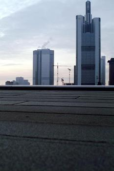 Nach Schätzungen von Experten stehen bundesweit über 100 Millionen m² Flachdachflächen als Standort für Solaranlagen zur Verfügung