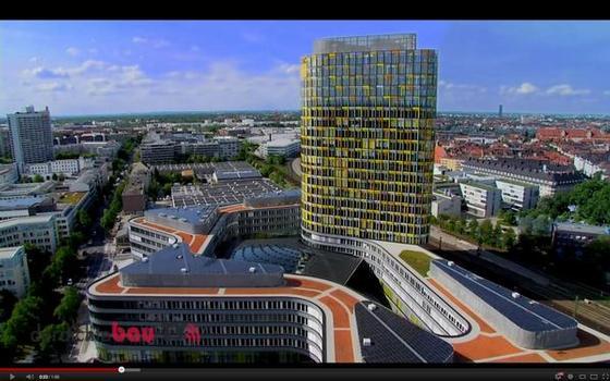 Außergewöhnliche Impressionen der ADAC-Zentrale mit den 1.452 rahmenlosen Solarstrom-Modulen auf dem Sockelbau sind auf derdichtebau-TV.de zu sehen