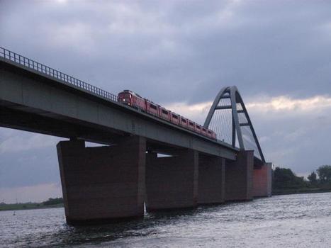 Lokomotivzug mit zwei Einheiten BR 232 und acht Einheiten BR 155 auf der Fehmarnsundbrücke [3]