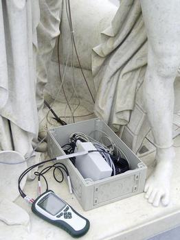 Klimadokumentation des Jahresganges an den Marmorfiguren der Schlossbrücke im Zentrum Berlins; gemessen werden Oberflächentemperaturen und das Mikroklima über digitale Luftfeuchtigkeitssensoren, die Daten werden drahtlos vom Kfz aus per Funk abgefragt