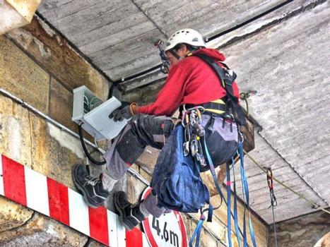 Montage von Messstationen für ein umfassendes Baustatikmonitoring unterhalb der Fahrbahn der alten Stadtbrücke Pirna; gemessen werden in einem Jahresgang die Bauteiletemperaturen und Fugenbewegungen von Fahrbahnplatten