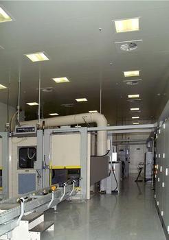 In den Fertigungsräumen ist flächendeckend eine trocken-vorgesteuerte Sprinkleranlage installiert