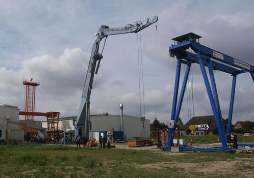 2011 lieferte hische die größten jemals für Versorgungsschiffe der Marine gebauten Kräne aus. Die Daten im Stenogramm: Eigengewicht 58 t, Hebekraft 24 t bei 23,5 m Ausladung
