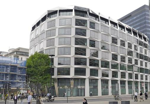 A modern oval in London's financial quarter: David Walker Architects planned this office building with its unique design and state-of-the-art energy functions