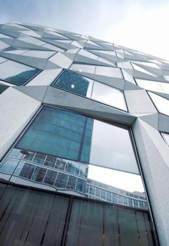 A building like a crystal, consisting of 425 individual prefab steel parts and colour-neutral ipasol neutral 68/37