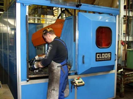 Effective working with CLOOS Z-series compact cells: the robot, welding technology and positioner or welding table are sensibly arranged in the smallest space. While the robot welds the vices in one area, the operator loads or removes the parts in the other