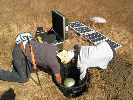Endgültige Messposition: Kayla Kroll und Tien Huei-Wang (University of California, Riverside) heben das KIT Seismometer STS-2 in eine Kammer im Boden, der Boden wurde zuvor zementiert