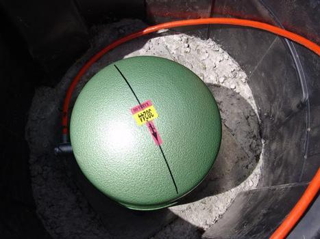 Präzise Ausrichtung: Das KIT Seismometer STS-2 wird in Pfeilrichtung nach Norden ausgerichtet. Das rote Kabel überträgt die gemessenen Erschütterungssignale an das Steuergerät