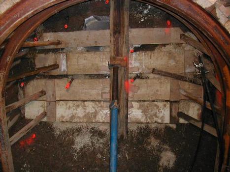Dem Vortrieb vorauseilend haben die Techniker zunächst die Wiborex-Injektionsbohranker in die Randbereiche des Maulprofils eingebracht – nach Außen in einem Winkel von etwa 20°, im Inneren gerade in Vortriebsrichtung