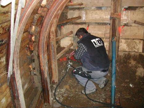 Die Verarbeiter der I + D Sanierungstechnik GmbH befördern das zweikomponentige Silikatharz Wilkit Foam T von Minova per Pumpe in den gesetzten Anker