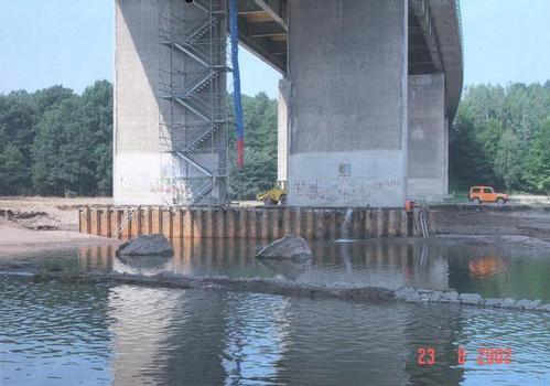 Pfeilerpaar der BAB A14 bei Grimma mit großflächigen bis 5,0 m tiefen Auskolkungen