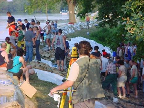 Deichvermessung als Notmaßnahme beim Elbehochwasser