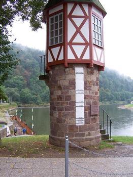 Weser-Pegel mit Hochwassermarken in Bad Karlshafen