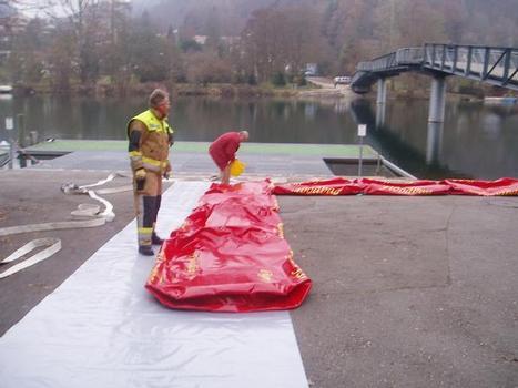 Das mobile Hochwasserschutzsystem Floodbag besteht aus Einzelelementen, die, systematisch aneinandergereiht und gestapelt, eine Schutzwand bilden