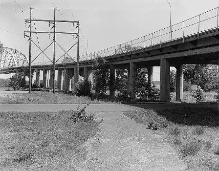 Liberty Memorial Bridge, Bismarck, North Dakota. (HAER, ND,8-BISMA,2-10)