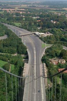 Die Mautstelle von einem Turm der Humber Bridge aus gesehen