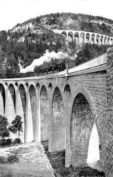 Postkarte Kartentext: 'Der Zug verläßt Morez in Richtung Saint-Claude, im Hintergrund der Viaduc des Crottes