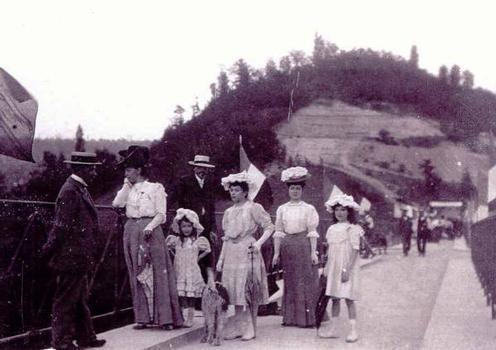 Une image du public le jour de l'inauguration du pont de Pyrimont en 1907: voir l'article de la presse du jour.  Collection privée Marie-Antoinette Caldairou. Utilisation avec l'aimable permission