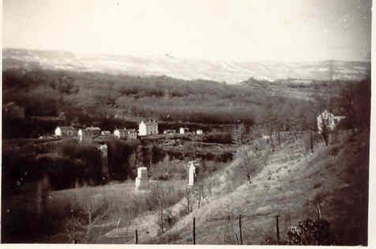 Ce qui reste des piles du pont de Pyrimont après sa destruction dans la nuit du 19 au 20 juin 1940: vue depuis la rive gauche. Collection privée Jean Morel. Utilisée avec l'aimable permission
