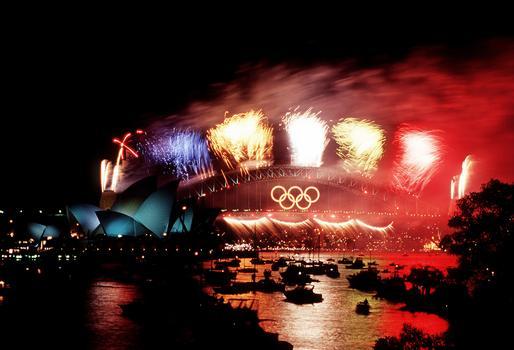 Oper von Sydney vor der Hafenbrücke, bei dem Feuerwerk zu den Abschlußfeiern der olympischen Spiele