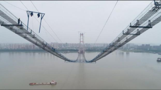 """Sky Ladder"" Erected over Yangtze River for Bridge Construction : A catway that resembles a ""sky ladder"" has been built over the Yangtze River in Wuhan, capital of central China's Hubei Province recently for the construction of Yangsigang Yangtze River Bridge, which boasts the world's longest span with double decks.  The Yangsigang Yangtze River Bridge is designed to be 4.13 km long. Its main ship channel is a single-span steel truss girder suspension bridge with the span measuring 1,700 meters, the longest in the world. http://www.cctvplus.com/news/20180526/8081648.shtml#!language=1 Welcome to subscribe us on:  Facebook: https://www.facebook.com/NewsContent.CCTVPLUS Twitter: https://twitter.com/CCTV_Plus LinkedIn: https://www.linkedin.com/company/cctv-news-content Instagram: https://www.instagram.com/cctvnewscontent/ Video on Demand: www.cctvplus.com If you are in demand of this video footage, please contact with our business development team via email: service@cctvplus.com"