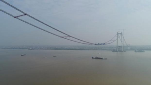 First steel box girder raised on Second Humen Bridge : The Second Humen Bridge successfully had its first steel box girder suspended over the Pearl River in Guangzhou City, capital of south China's Guangdong Province on Thursday. Weighing over 270 tons with a width of 49.7 meters, the steel box girder has been hoisted over 100 meters above the river surface. Upon completion, it will be the widest suspension bridge in the world, with a total of eight traffic lanes. With an overall length of 12.89 kilometers, the bridge stretches from Guangzhou to Dongguan City. The construction of the project is expected to be completed in 2019.  Subscribe to us on YouTube: https://goo.gl/lP12gA  Download our APP on Apple Store (iOS): https://itunes.apple.com/us/app/cctvnews-app/id922456579?l=zh&ls=1&mt=8  Download our APP on Google Play (Android): https://play.google.com/store/apps/details?id=com.imib.cctv  Follow us on:  Facebook: https://www.facebook.com/ChinaGlobalTVNetwork/ Instagram: https://www.instagram.com/cgtn/?hl=zh-cn Twitter: https://twitter.com/CGTNOfficial Pinterest: https://www.pinterest.com/CGTNOfficial/ Tumblr: http://cctvnews.tumblr.com/ Weibo: http://weibo.com/cctvnewsbeijing